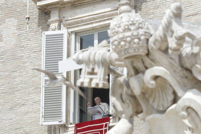 El papa Francisco reaparece en público, dando bendición