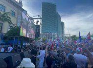 cuba clama libertad: cubanos piden el fin de la dictadura frente a la freedom tower de miami
