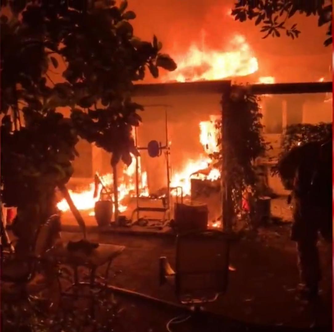 familia de miami se despierta a las 6am con voraz incendio en el patio de su casa