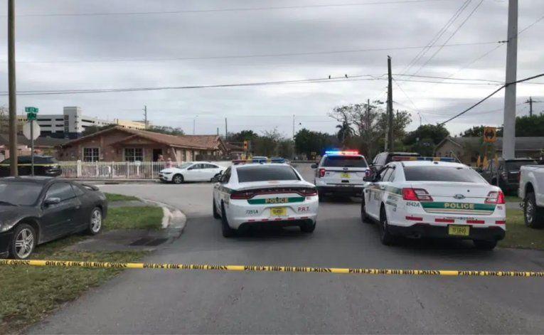 Hospitalizado un hombre armado con un machete tras balacera en Sweetwater