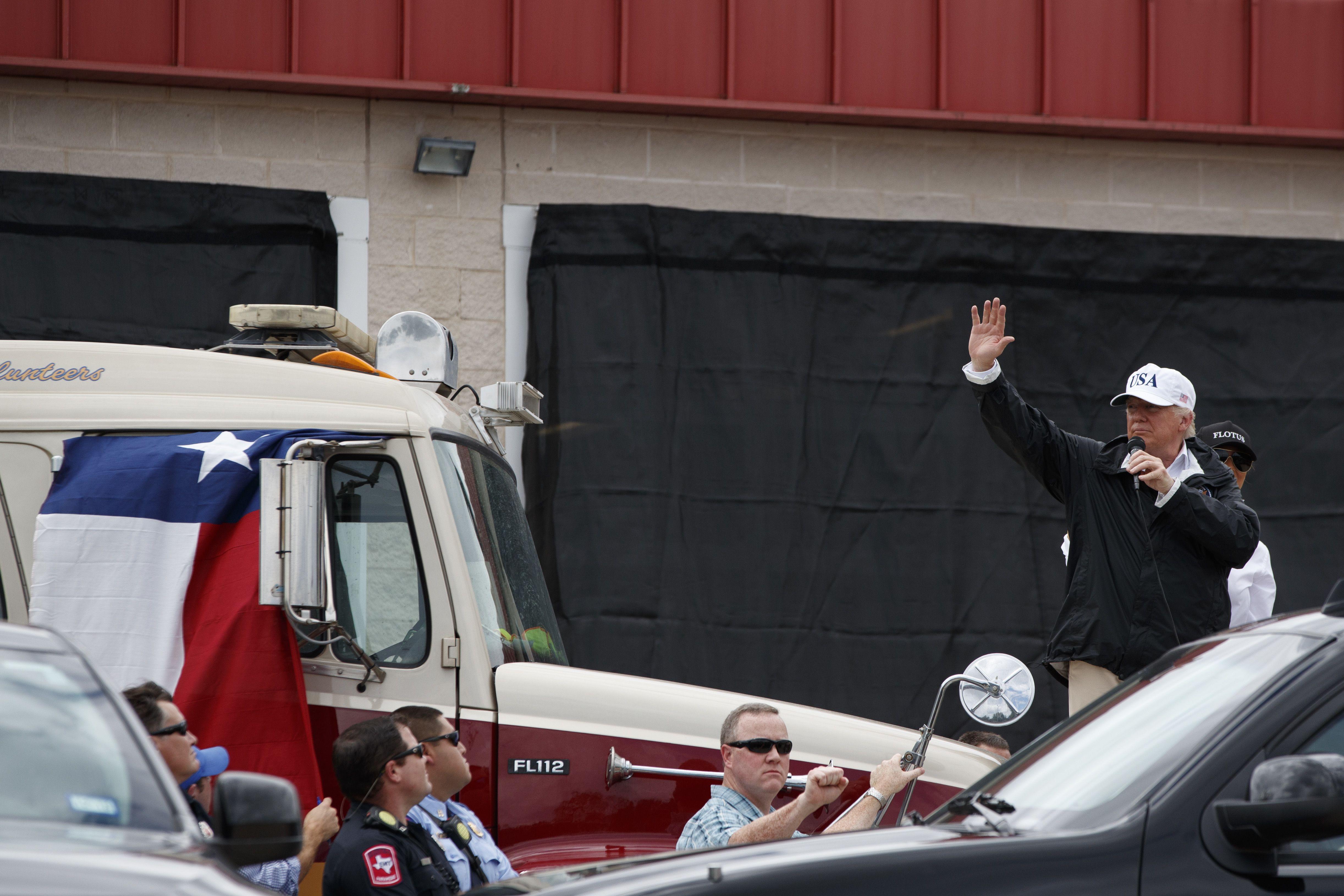 Trump ofrece a los texanos garantías de una recuperación