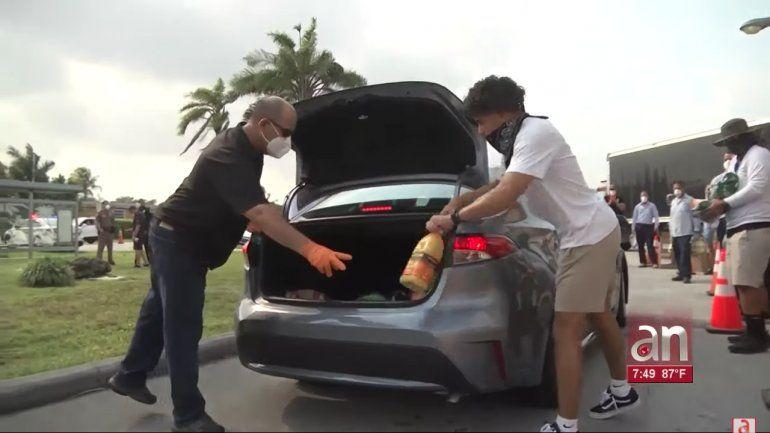 Cientos de personas que perdieron su trabajo continúan haciendo largas filas en sus autos para recibir alimentos