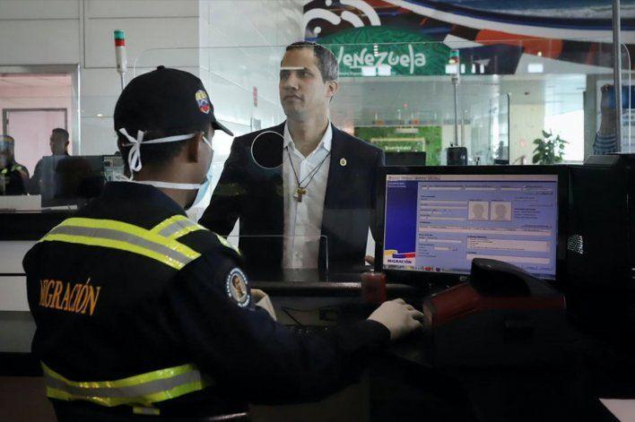 Afectos al Chavismo atacan al presidente Juan Guaidó a su llegada a Venezuela