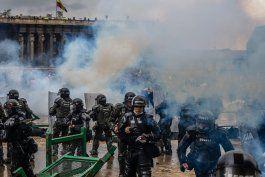 militares en las calles de colombia buscan controlar las manifestaciones