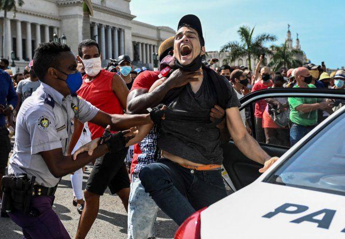 Un joven manifestante es reprimido en Cuba. (Archivo)