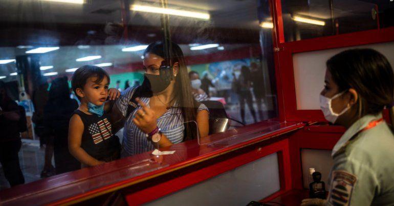 Régimen cubano vuelve a alertar a viajeros con sanciones si incumplen con aislamiento