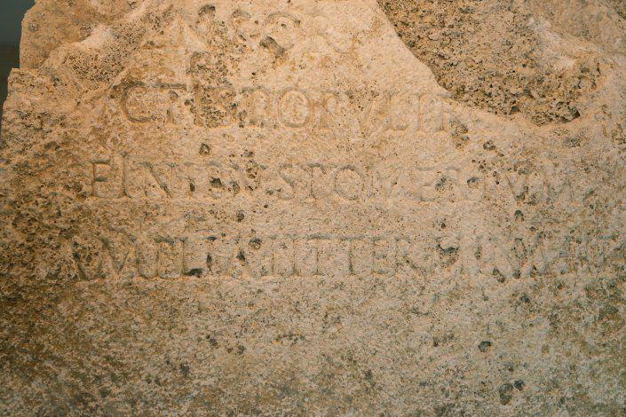 Descubren piedra que demarcó los límites de la Roma antigua