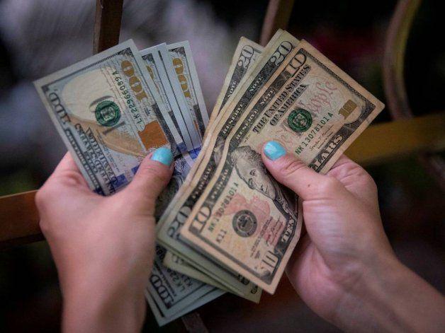 Cubanos reaccionan a anuncio del régimen sobre depósitos en dólares