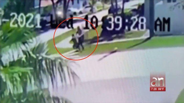 Quedó captada en cámara la agresión a una mujer en un vecindario del suroeste de Miami-Dade