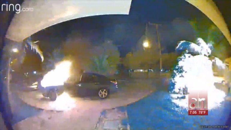 Captado en cámara voraz incendio de autos en Cutler Bay