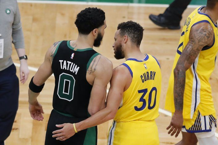 Tatum anota 44 y Celtics superan a Warriors