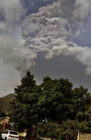 San Vicente espera nuevas erupciones mientras llega la ayuda