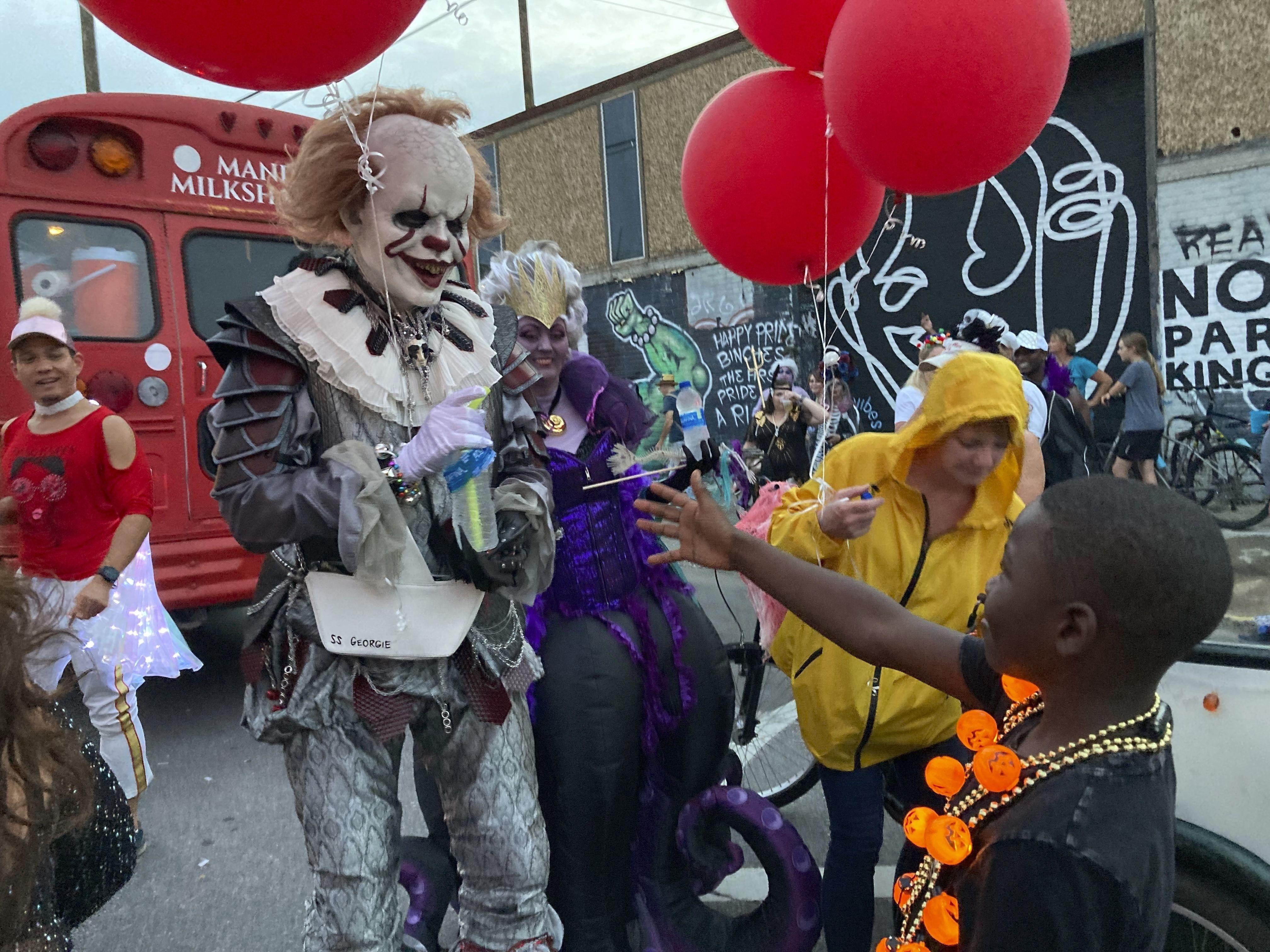 un desfile vuelve a llenar las calles de nueva orleans