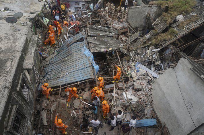 Al menos 10 muertos tras derrumbarse un edificio en India