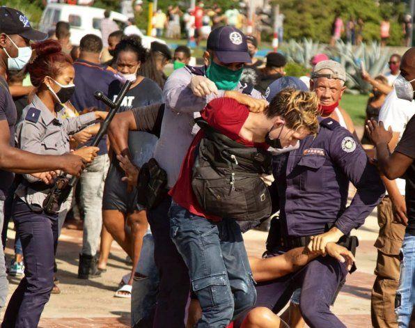 Cuba: Denuncian que agentes del régimen se hicieron pasar por manifestaciones e iniciaron los actos violentos