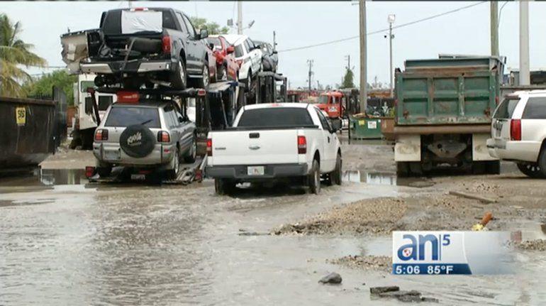 Aguas residuales turbias y mal olientes llenan las calles algunas zonas en la ciudad de OpaLocka