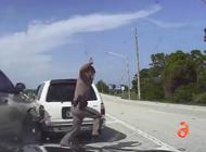 un florida state trooper y una mujer son casi aplastados por un auto en la i95