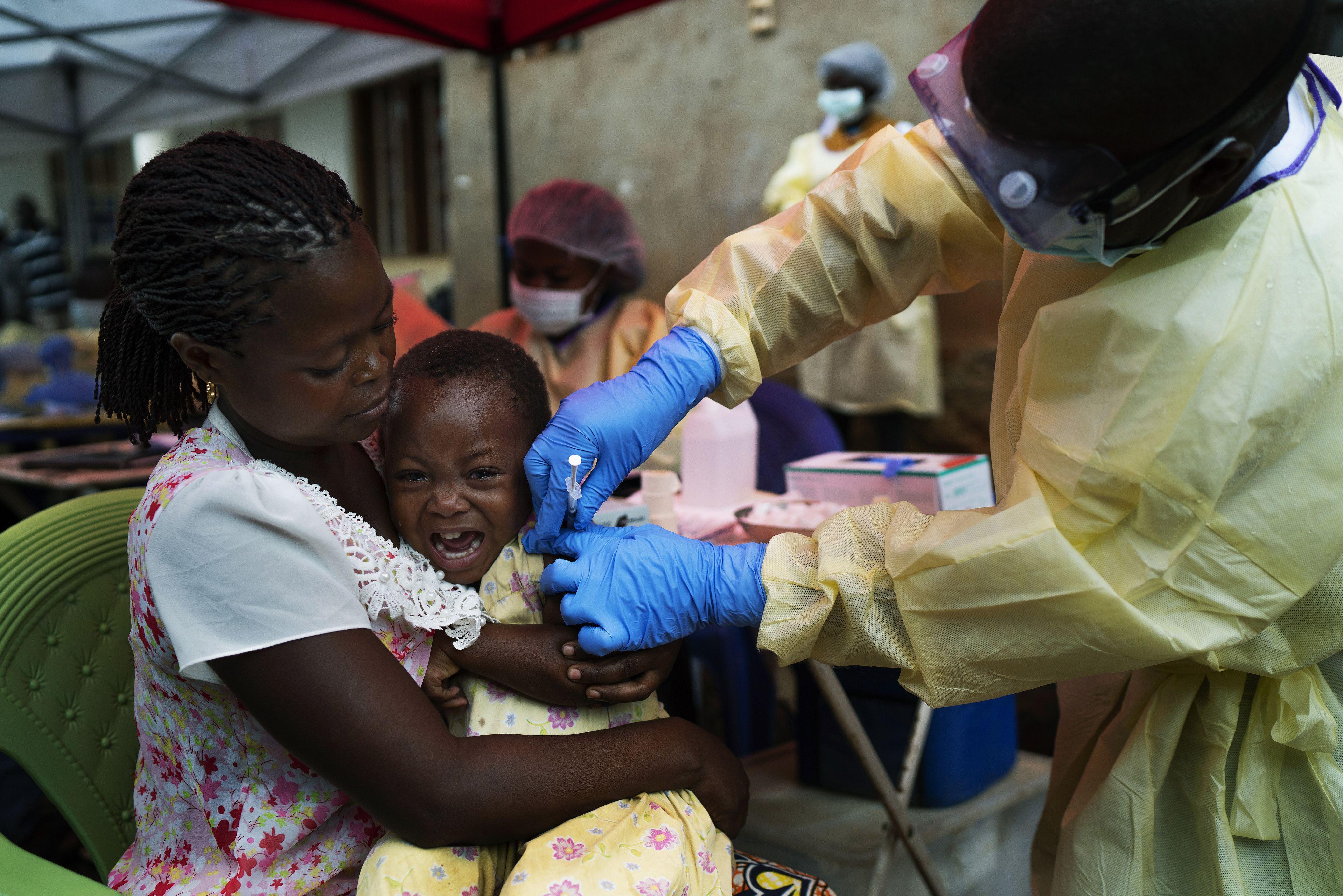 oms comienza a vacunar a personas contra ebola en congo