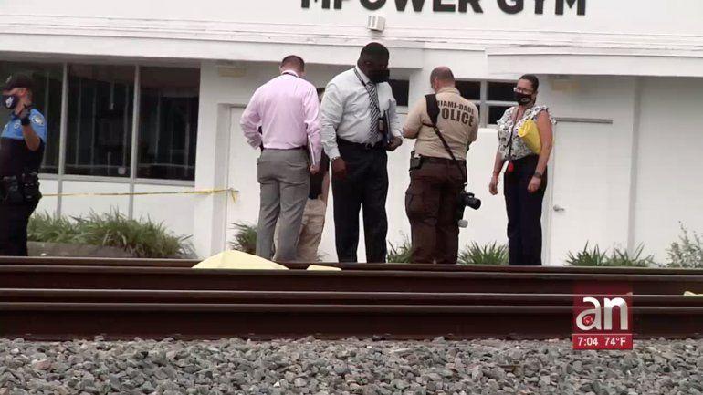 Hombre que escapaba de la policía por golpear a su mujer muere atropellado por un tren
