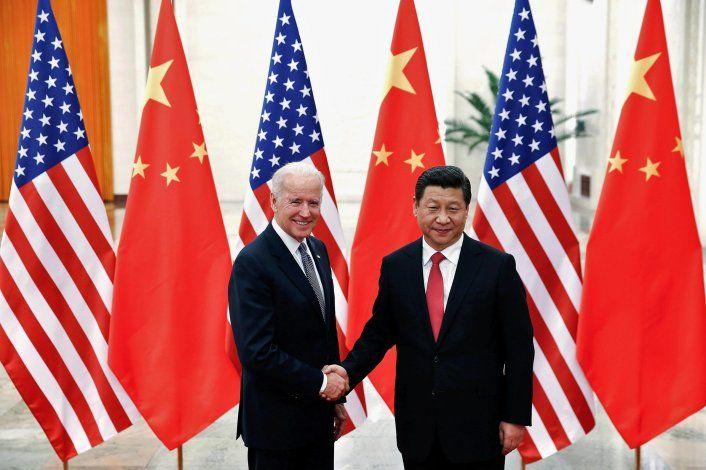 El presidente chino Xi Jinping estrecha la mano del entonces vicepresidente estadounidense Joe Biden en el interior del Gran Salón del Pueblo en Pekín el 4 de diciembre de 2013 (Foto: REUTERS/Lintao Zhang/Pool)