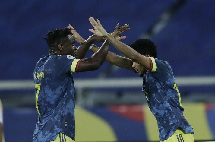 Con polémica, Colombia cae ante Brasil pero avanza
