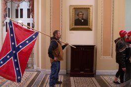 fiscales de eeuu imputan al hombre que llevaba una bandera confederada en el asalto al capitolio y a su hijo