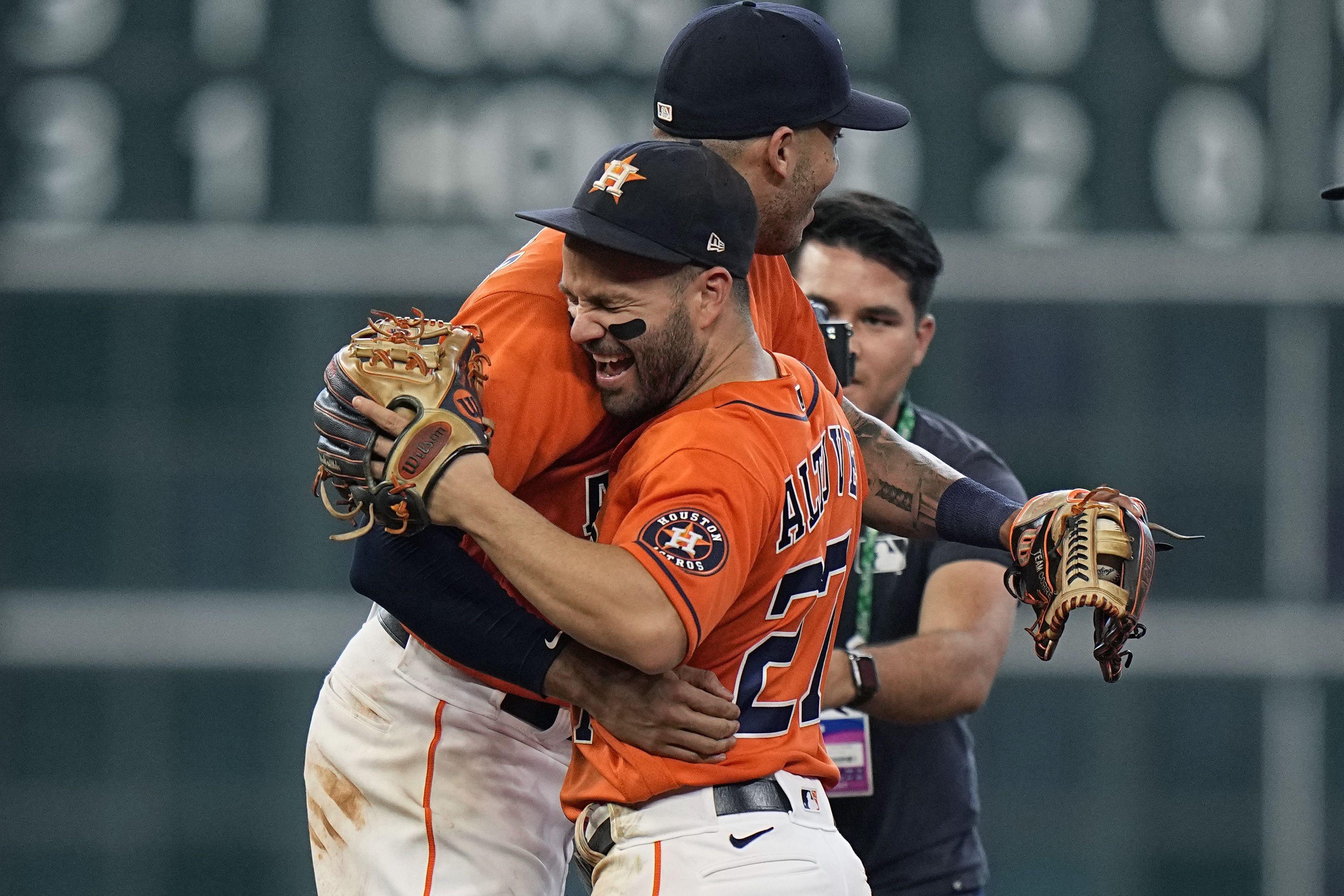 Correa y Álvarez amplían la ventaja de Astros