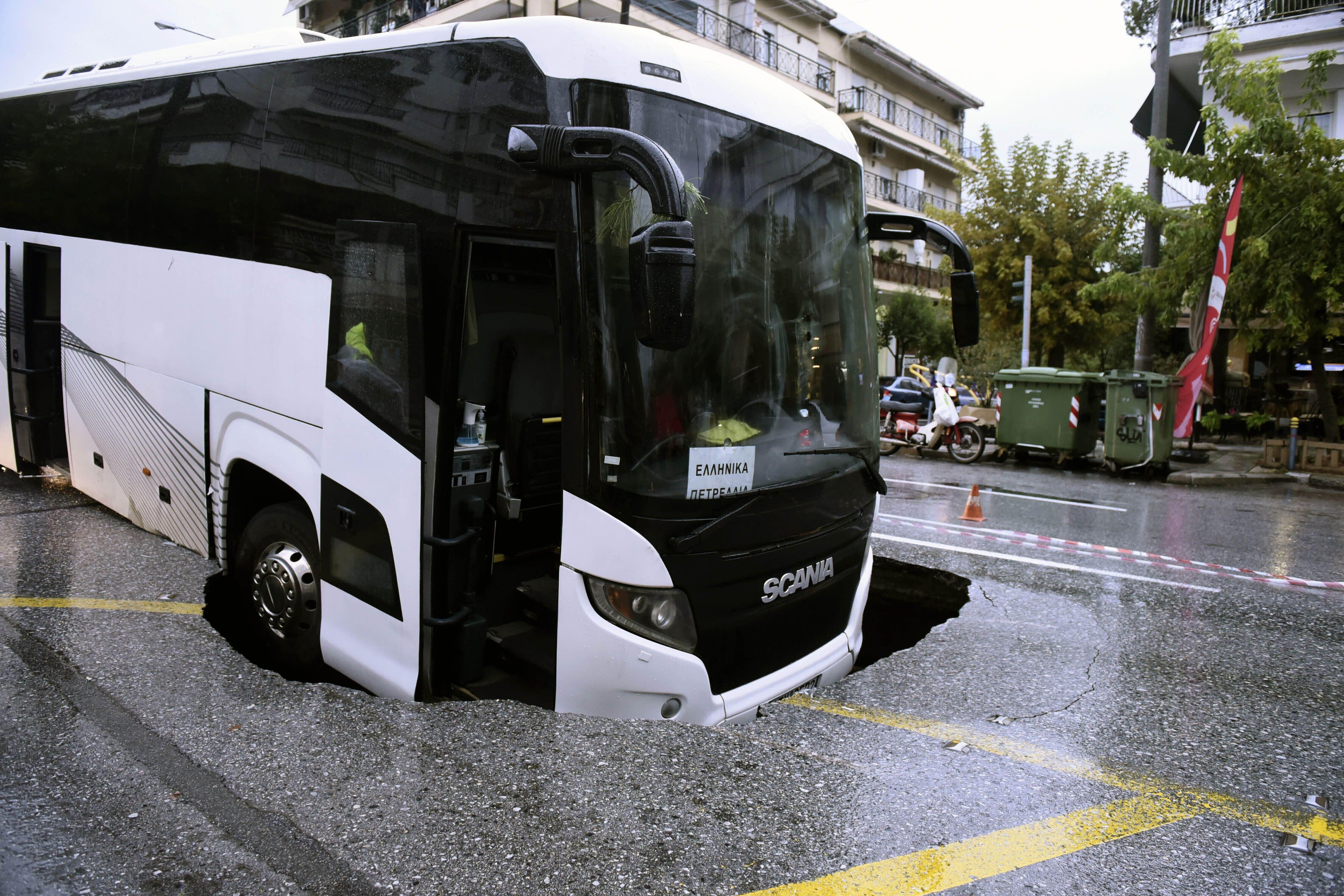 autobus cae en socavon en grecia mientras azota tormenta