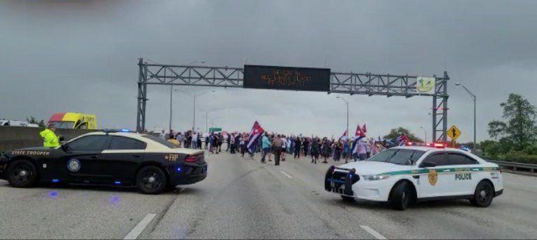 Grupo de cubanos cierran el Palmetto pidiendo intervención militar en Cuba