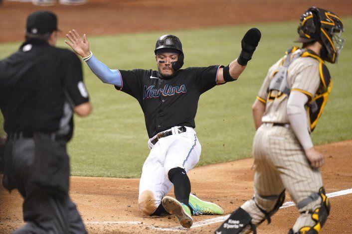Marlins arman rally al final para vencer a Padres