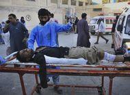 bomba impacta autobus de policia en pakistan; muere agente