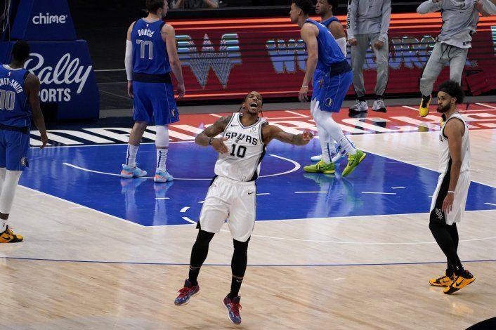Spurs vencen a Mavericks con enceste de DeRozan
