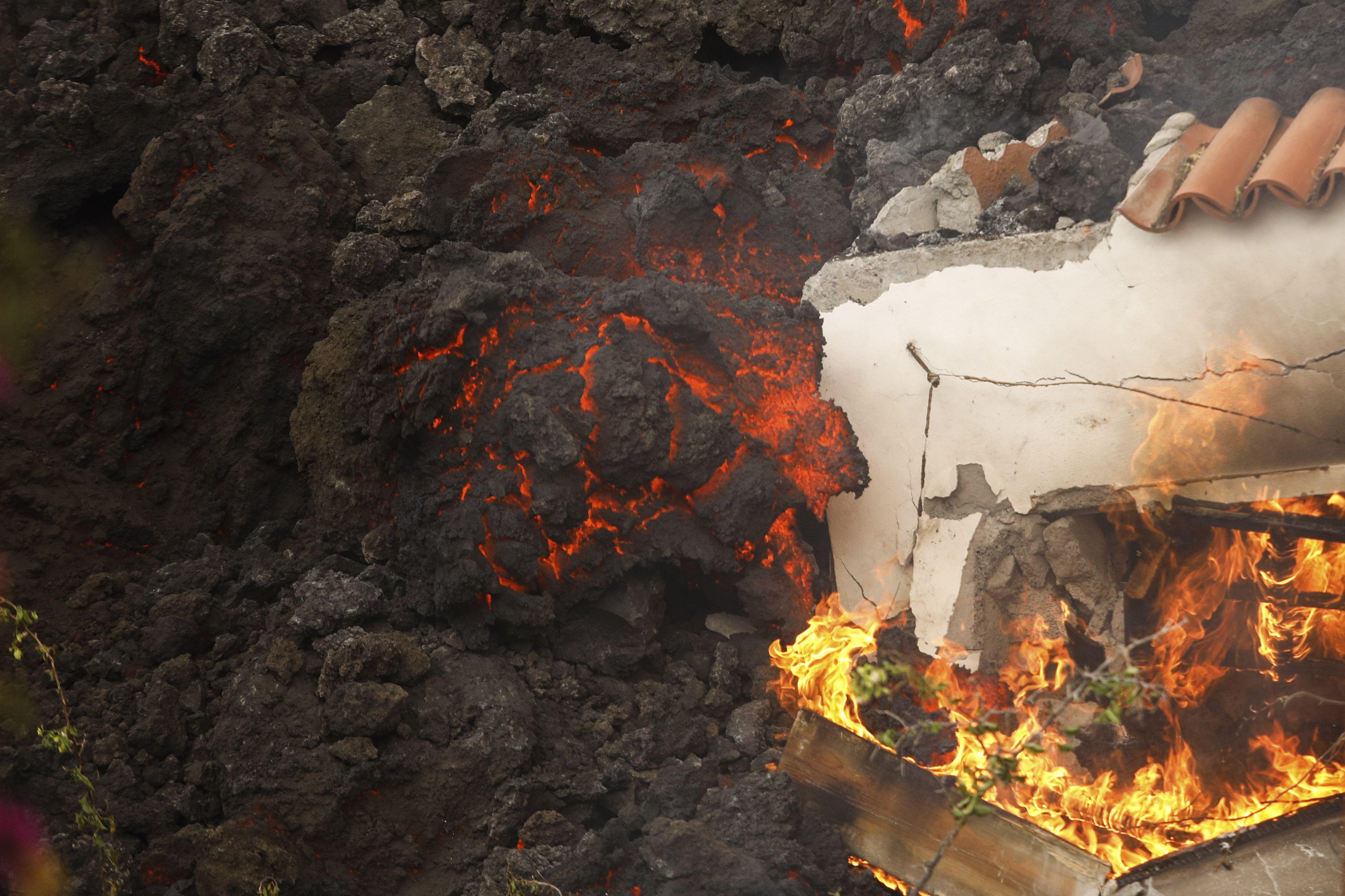 erupcion volcanica en isla de espana atrae a turistas