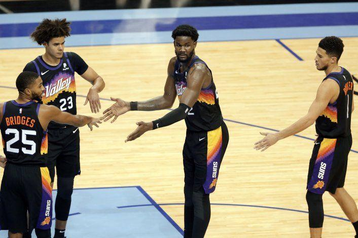 Ayton aporta 26 puntos a victoria de Suns sobre Rockets