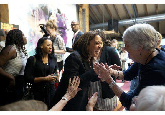 Vicepresidente Pence se comunicó con la vicepresidenta electa, Kamala Harris