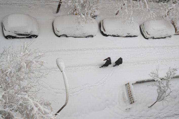 Tormenta de nieve tiñe España de blanco, paraliza Madrid