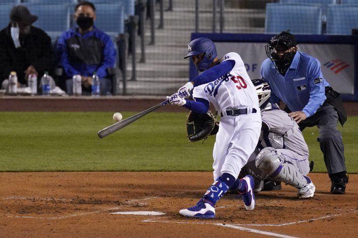 Betts y Bauer brillan, los Dodgers blanquean a los Rockies