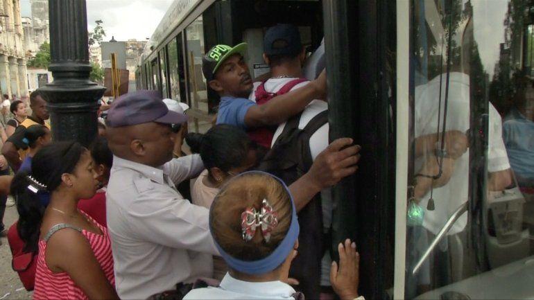 Cubanos continúan abarrotando las paradas ante la falta de autobuses por la grave crisis