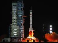 china lanza tres astronautas para mision de seis meses