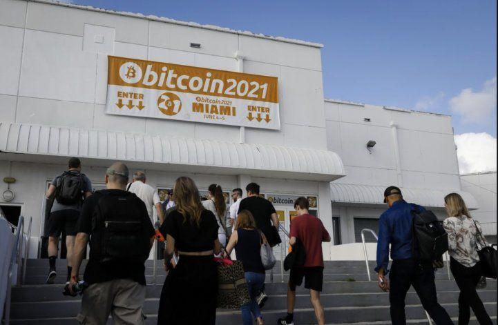 Varios asistentes dan positivo por COVID-19 después de la Conferencia de Bitcoin en Miami