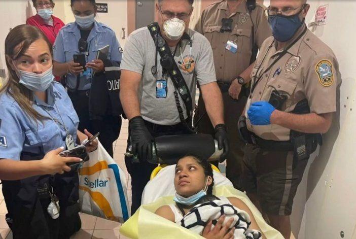 Hondureña da a luz en el aeropuerto de Miami y le pone de nombre Mia a la bebé