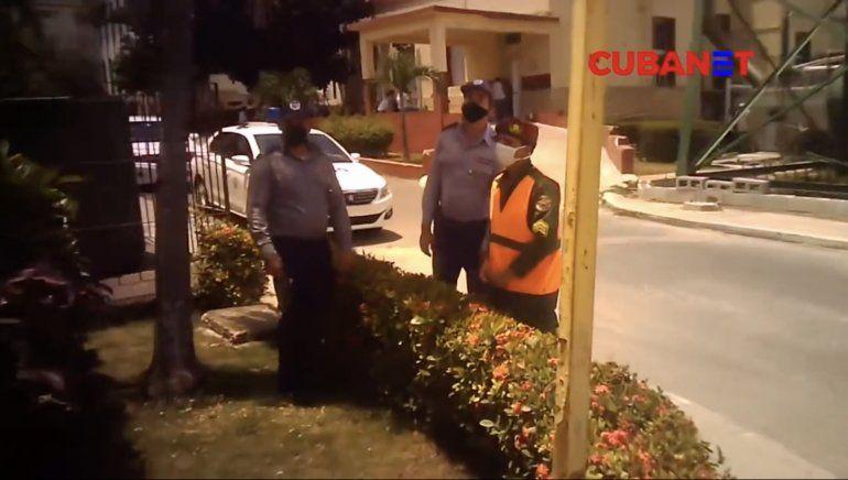 Tropas especiales, policías y agentes de la Seguridad del Estado rodean el hospital Calixto García