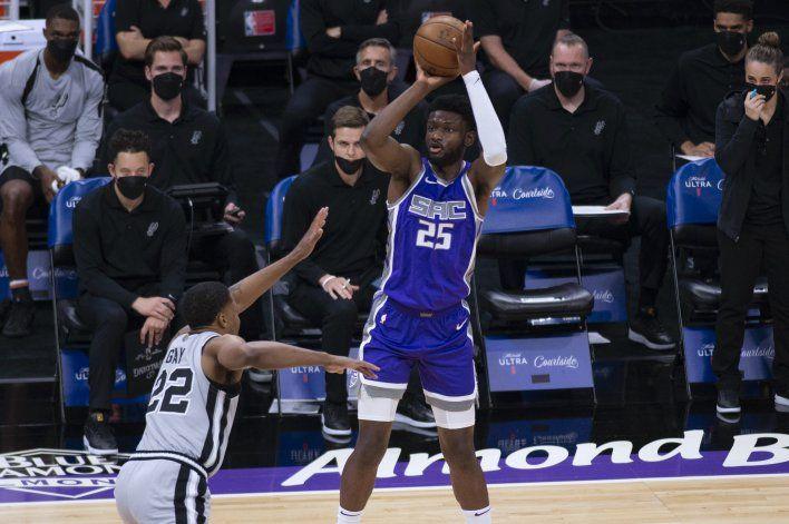 Spurs vencen a Kings 113-104 y frenan racha de 5 derrotas