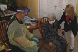residentes mayores de la pequena habana reciben la segunda vacuna