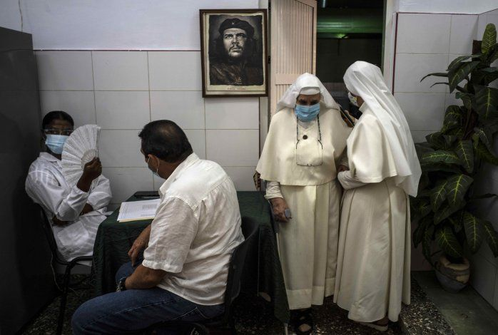Cuba en su peor mes de COVID, casi 300.000 casos acumulados