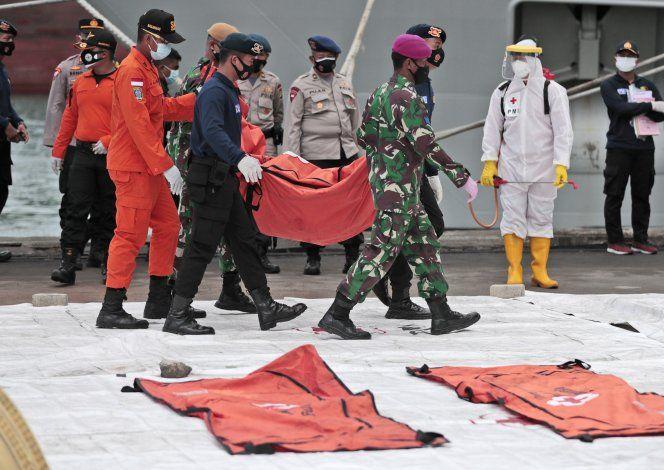 Recuperan una caja negra del avión estrellado en Indonesia