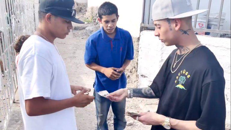 Natanael Cano responde críticas por regalar dinero