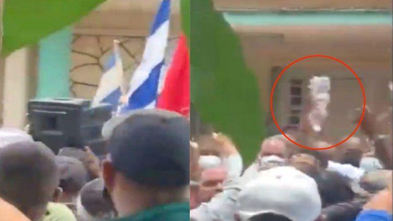 Cubanos lanzaron botellas de agua vacías al dictador Miguel Díaz-Canel cuando fue a San Antonio de los Baños