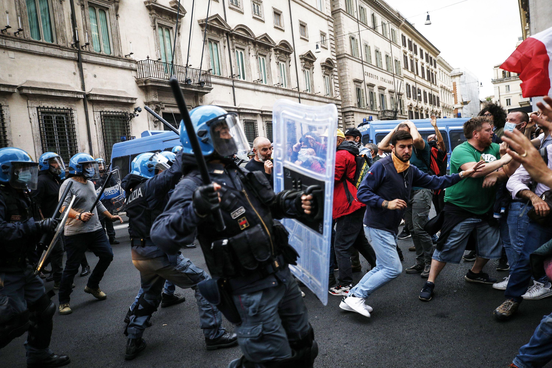 protestan en roma por pase verde de vacunas contra covid-19