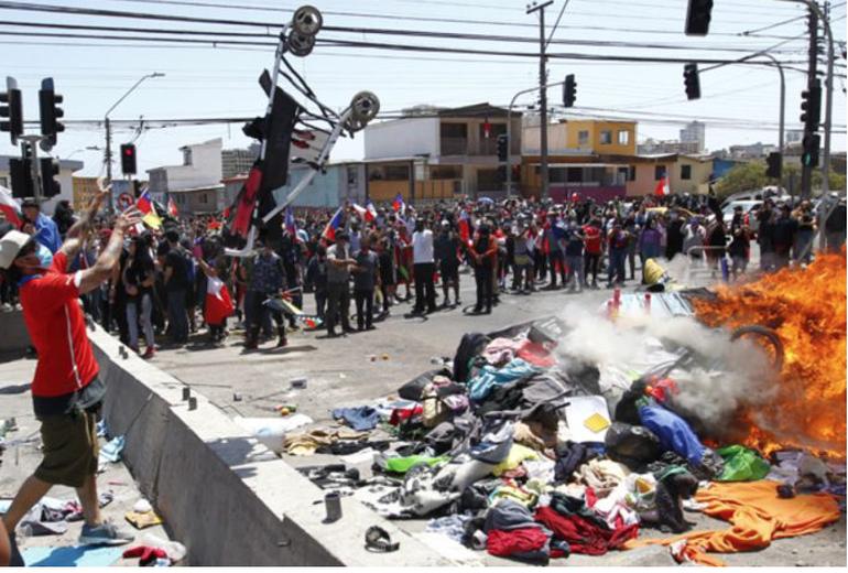 Marcha en Chile terminó con quema de pertenencias de migrantes venezolanos